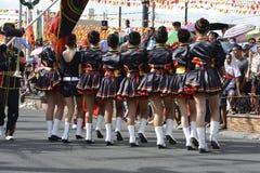Majorettes ορχηστρών πνευστ0ών από χαλκό που συγχρονίζονται πορεία κατά τη διάρκεια της ετήσιας έκθεσης ορχηστρών πνευστ0ών από χ Στοκ εικόνα με δικαίωμα ελεύθερης χρήσης