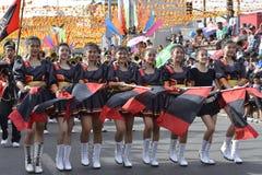 Majorettes ορχηστρών πνευστ0ών από χαλκό που συγχρονίζονται πορεία κατά τη διάρκεια της ετήσιας έκθεσης ορχηστρών πνευστ0ών από χ Στοκ Φωτογραφία