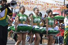 Majorettes ορχηστρών πνευστ0ών από χαλκό που συγχρονίζονται πορεία κατά τη διάρκεια της ετήσιας έκθεσης ορχηστρών πνευστ0ών από χ Στοκ Εικόνα
