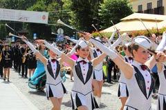 Majorettes που παρουσιάζει μπαστούνια τους Στοκ φωτογραφία με δικαίωμα ελεύθερης χρήσης