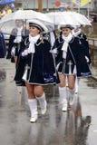 Majorettes sous le parapluie en plastique clair au défilé de carnaval, Stut Images stock