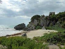 Majowie ostrosłupa świątynia rujnuje Tulum z plażą i morzem w Jukatan, Meksyk zdjęcia royalty free