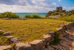 Majskie ruiny w Tulum, Meksyk Ruiny budowali na wysokich falezach na morzu karaibskim Tulum był jeden ostatni miasta budujący Obraz Stock