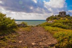 Majskie ruiny w Tulum, Meksyk Ruiny budowali na wysokich falezach na morzu karaibskim Tulum był jeden ostatni miasta budujący Obrazy Stock