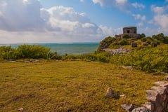 Majskie ruiny w Tulum, Meksyk, Jukatan Ruiny budowali na wysokich falezach na morzu karaibskim Obrazy Royalty Free