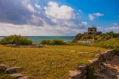 Majskie ruiny w Tulum, Meksyk, Jukatan Ruiny budowali na wysokich falezach na morzu karaibskim Fotografia Royalty Free
