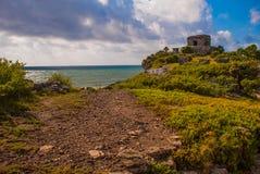 Majskie ruiny w Tulum, Meksyk, Jukatan Ruiny budowali na wysokich falezach na morzu karaibskim Zdjęcie Stock