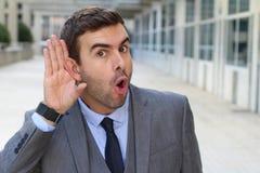 Makaberer Geschäftsmann, der einen Klatsch gräbt Lizenzfreies Stockfoto