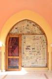 MAKADI,埃及- 2017年3月21日:商店门有一阵子关闭了,包括由埃及报纸和Nefertiti图象在 库存照片