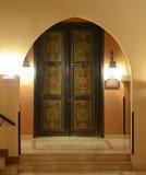 MAKADI, ÄGYPTEN - 17. MÄRZ 2017: Schöne Tür mit arabischer Beschriftung und moslemischen Symbolen im Yard von Jaz Makadi Hotel Lizenzfreie Stockfotos