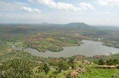 从Makalidurga小山的湖视图 免版税图库摄影