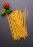 Makaronów składników pojęcie na czerń łupku tle przeglądać od wierzchołka Fotografia Royalty Free