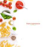 Makaronów składniki pomidory, oliwa z oliwek, czosnek, włoscy ziele, świeży basil i spaghetti na białej deski tle -, Obrazy Stock