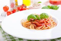 Makaronów składniki pomidory, oliwa z oliwek, czosnek, włoscy ziele, świeży basil, sól i spaghetti na czarnym kamiennym tle -, Fotografia Royalty Free