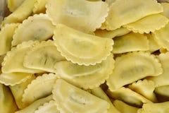 Makaron faszerował z szpinaka i ricotta serem na bielu Obraz Stock