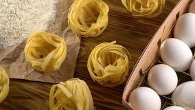 Makaron, jajka i mąka na drewnianym tle, zbiory