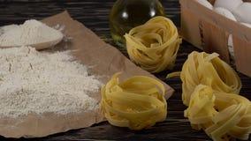 Makaron, jajka, olej i mąka na drewnianym tle, zbiory wideo