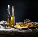 Makaron, oliwa z oliwek na drewnianym stole Być może Zdjęcia Stock