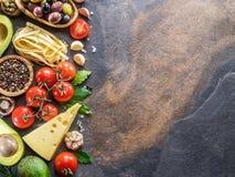 Makaron, pikantność i warzywa, Popularni śródziemnomorscy lub włoscy karmowi składniki zdjęcie stock