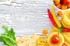 Makaron, pomidory i chili kopii przestrzeni biel, woodencracked backgr zdjęcie royalty free