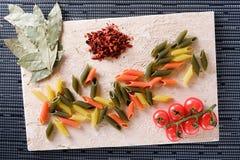 Makaron, pomidory i pieprz na stole, Fotografia Stock