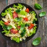 Makaron sałatka z czereśniowymi pomidorami i brokułami Obrazy Royalty Free