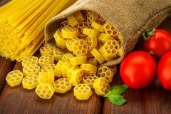 Makaron, spaghetti z basilem i olej, Zdjęcia Royalty Free