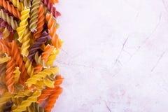 Makaron spirala na beżowym tle zdjęcie stock
