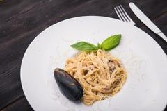 Makaron z basilów mussels i liściem Obraz Royalty Free