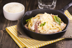 Makaron z bekonem, kurczakiem, parmesan i rozdrapanym jajkiem, Fotografia Stock