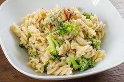 Makaron z brokułami i orzechami włoskimi Fotografia Stock
