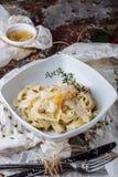 Makaron z carbonaria, spaghetti z ciężkim parmesan i kumberland, alla aubergine tła kuchni świeżych włoskich norma pietruszki mak zdjęcie stock