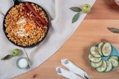 Makaron z jajeczną i ogórkową sałatką Fotografia Royalty Free