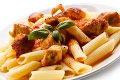 Makaron z mięsem, pomidorowym kumberlandem, parmesan i warzywami, Obraz Royalty Free