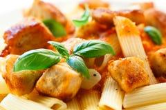 Makaron z mięsem, pomidorowym kumberlandem, parmesan i warzywami, Zdjęcia Stock
