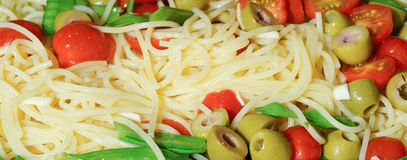 Makaron z oliwka pomidorami i śnieżnymi grochami Zdjęcia Royalty Free