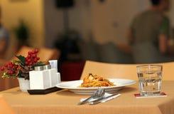 Makaron z owoce morza i Białym winem w restauraci przy latem Fotografia Stock