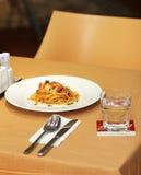 Makaron z owoce morza i Białym winem w restauraci przy latem Zdjęcia Royalty Free