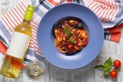 Makaron z owoce morza i butelką wino Fotografia Royalty Free