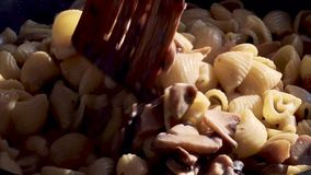 Makaron z pieczarkami w niecce zdjęcie wideo