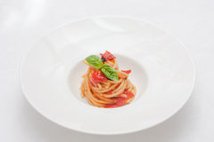 Makaron z pomidorami i basilem Fotografia Stock