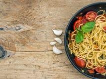Makaron z pomidorami i basilem Zdjęcia Stock