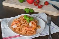 Makaron z pomidorowym kumberlandem na talerzu Zdjęcia Royalty Free