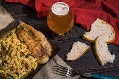 Makaron z ryba, piwem i chlebem na drewnianym tle wyśmienicie, soczystą, fotografia stock