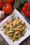 Makaron z warzywami na stole fotografia stock