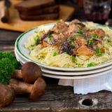 Makaron z wołowina klopsikami i Dzikimi pieczarkami Obraz Royalty Free
