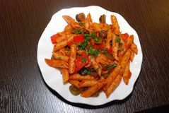 Makaroni avec la sauce tomate images libres de droits
