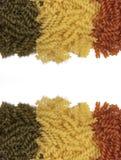 Makaroni. Färgrik pastabakgrund arkivbilder