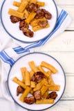 Makaroni med en stekt kycklinglever arkivbild