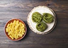 Makaroni- och grönsakspagetti på trätabellen Royaltyfri Foto